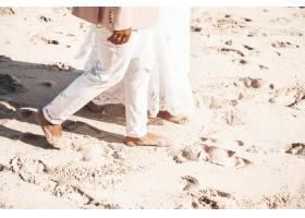 新娘和新郎一起走在海滩上浪漫的婚礼情侣_6883884