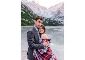 新婚夫妇相爱的梦幻蜜月在冬日的群山和风景_7497157
