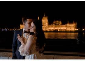 新郎新娘肖像欧洲建筑中的夜镇美景婚礼_7498013