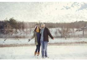 欢快的年轻夫妇在冬日散步_6432795