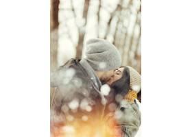 欢快的年轻夫妇在冬日散步_6433961