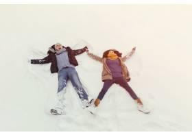 欢快的年轻夫妇在冬日散步_6433967