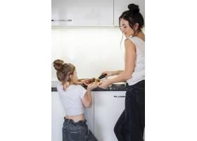 母亲与女儿分享美味蛋糕_7146709