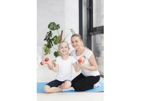 母亲与女儿和体重合影的正视图_7435916