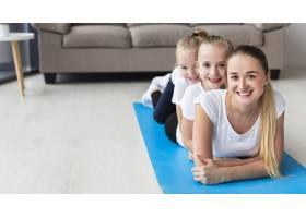 母亲与女儿在家中瑜伽垫上合影的前景_7435934