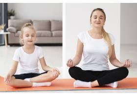 母亲和女儿在家做瑜伽的前景_7435937