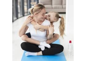 母亲和女儿在家做瑜伽的前景_7435955