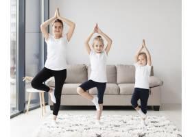 母亲和女儿在家锻炼的前景_7435868