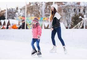 母亲和女儿在溜冰场上教滑冰_6641668