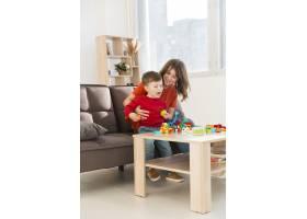 母亲和她的儿子一起玩耍_6881415