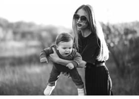 母亲和小儿子一起在公园里_7377565