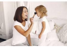 母亲和小女儿在家里玩得很开心_7120337