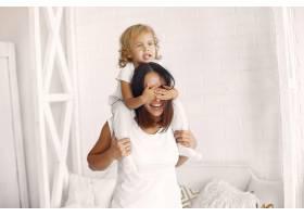 母亲和小女儿在家里玩得很开心_7120350