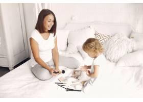 母亲和小女儿在家里玩得很开心_7120755