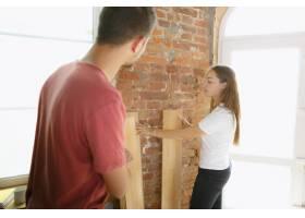 年轻夫妇自己一起做公寓修缮已婚男人和女_13457369