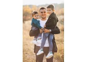 年轻的父亲和小儿子一起在公园里_7377241