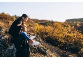 年轻的父亲和小儿子一起在公园里_7377254