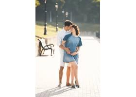 年轻的高加索男子拥抱怀孕的妻子_6435108