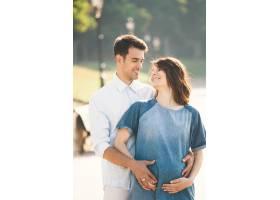 年轻的高加索男子拥抱怀孕的妻子_6435110