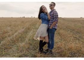 年轻的现代时尚夫妇在户外浪漫的年轻情侣_6436010