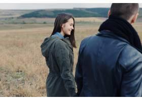 年轻的现代时尚夫妇在户外浪漫的年轻情侣_6436011