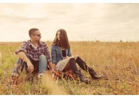 年轻的现代时尚夫妇在户外浪漫的年轻情侣_6436035