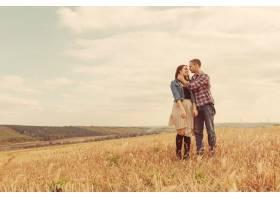 年轻的现代时尚夫妇在户外浪漫的年轻情侣_6436045