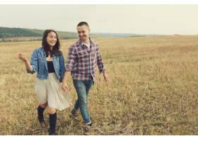 年轻的现代时尚夫妇在户外浪漫的年轻情侣_6436076