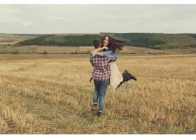 年轻的现代时尚夫妇在户外浪漫的年轻情侣_6436077