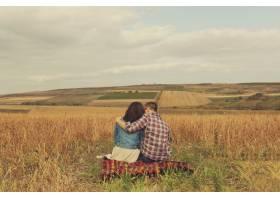 年轻的现代时尚夫妇在户外浪漫的年轻情侣_6436078