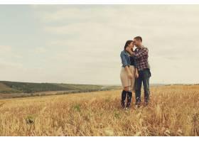年轻的现代时尚夫妇在户外浪漫的年轻情侣_6436079