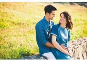 年轻的高加索男子拥抱怀孕的妻子_6435039