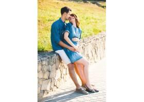 年轻的高加索男子拥抱怀孕的妻子_6435042
