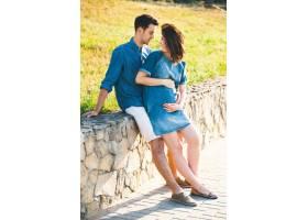 年轻的高加索男子拥抱怀孕的妻子_6435046