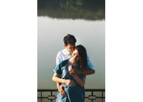 年轻的高加索男子拥抱怀孕的妻子_6435060