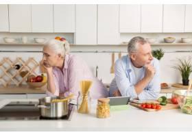 一对认真成熟的情侣在厨房里看着不同的一面_7286260