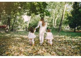 可爱的小姐妹们在春天的公园里玩耍_7377093