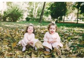 可爱的小姐妹们在春天的公园里玩耍_7377095