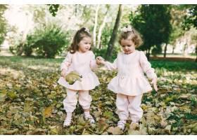 可爱的小姐妹们在春天的公园里玩耍_7377096