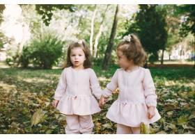 可爱的小姐妹们在春天的公园里玩耍_7377097