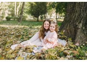 可爱的小姐妹们在春天的公园里玩耍_7377100