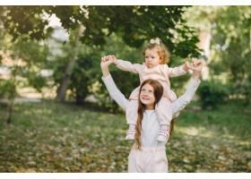 可爱的小姐妹们在春天的公园里玩耍_7377106