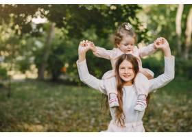 可爱的小姐妹们在春天的公园里玩耍_7377107