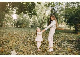 可爱的小姐妹们在春天的公园里玩耍_7377114