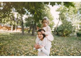 可爱的小姐妹们在春天的公园里玩耍_7377116