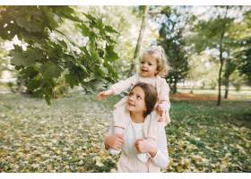 可爱的小姐妹们在春天的公园里玩耍_7377117