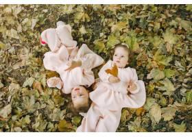 可爱的小姐妹们在春天的公园里玩耍_7377118