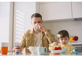 可爱的小孩子和他的父亲一起吃早餐_7500409