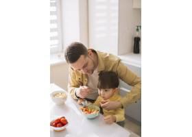 可爱的小孩子和他的父亲高高在上地吃饭_7500399