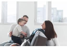 与父母和孩子在一起的家庭生活_7089436